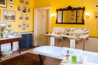 Aldourie Castle bathroom