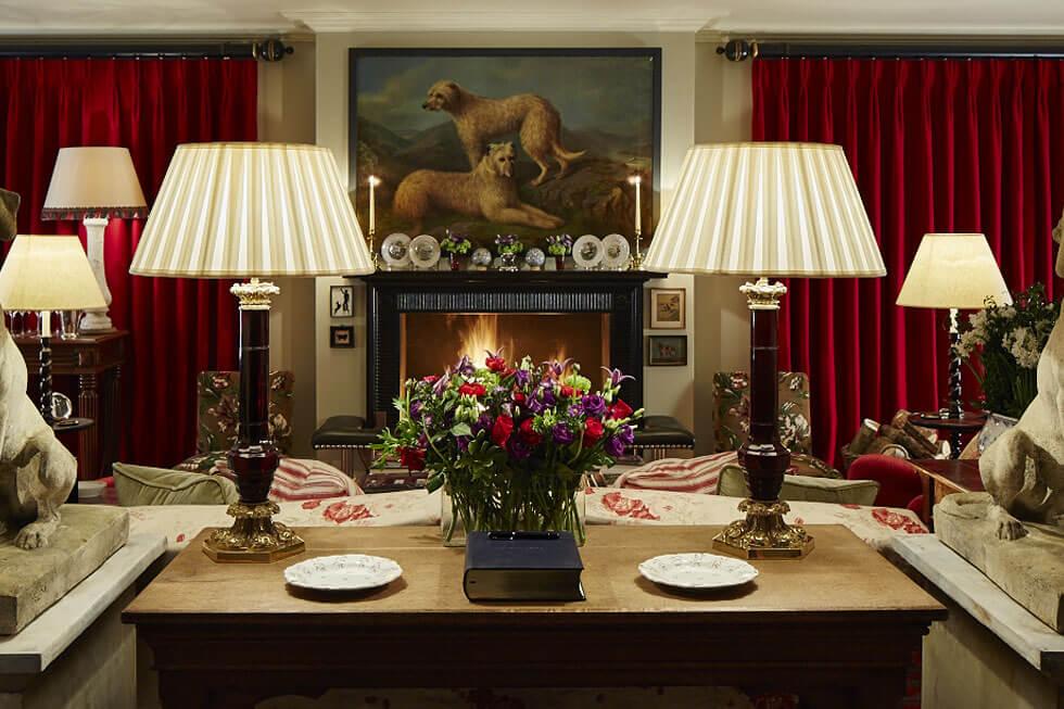 Photo of the Hound Lodge's lounge