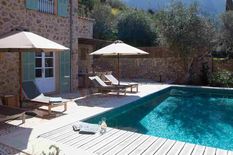 Relax by the swimming pool of Sa Llupia