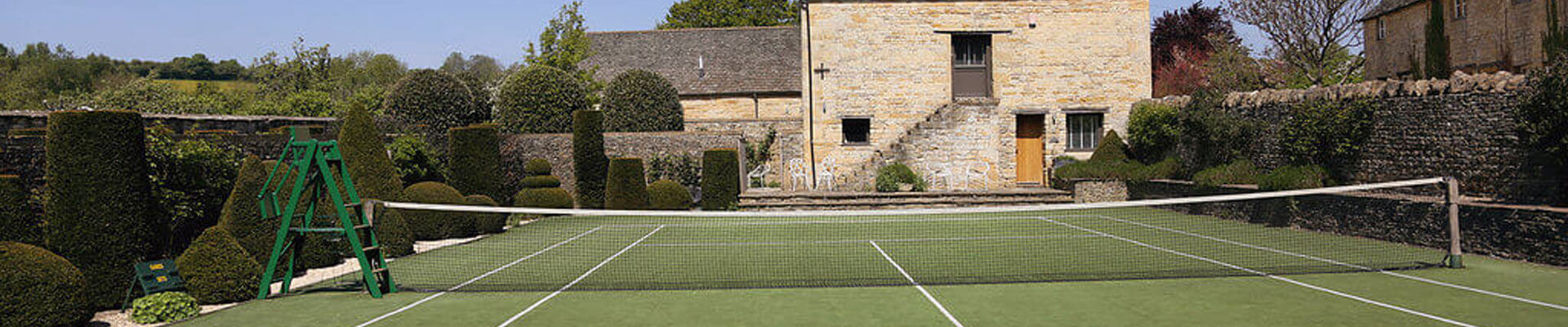 Photo of the tennis court at Temple Guiting Estate