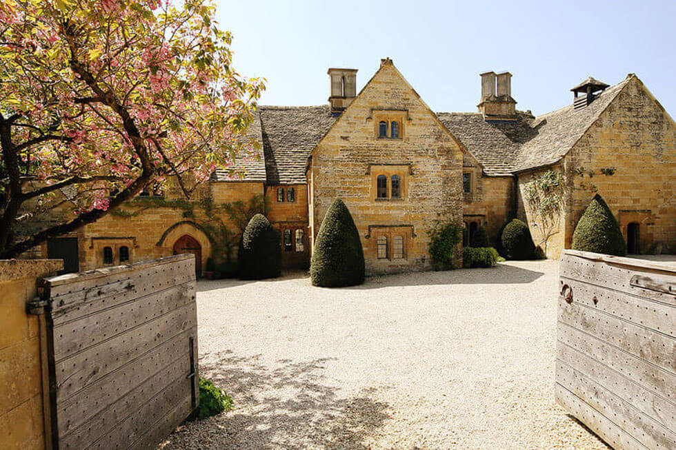 Photo of the grand entrance to Temple Guiting Estate